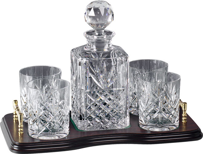 CRYSTAL SPIRIT DECANTER AND 4 GLASSES ON WOODEN TRAY